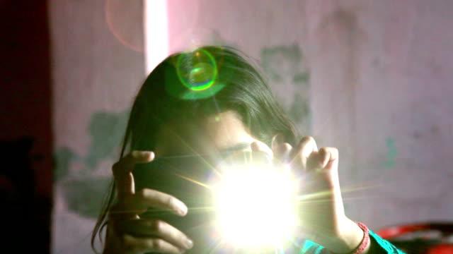elementare mädchen mit smartphone zu hause - entwicklungsland stock-videos und b-roll-filmmaterial