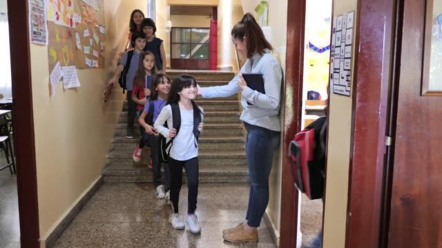 vidéos et rushes de école primaire - retour à l'école - éducation en amérique latine avec enseignante, enfants entrant dans la salle de classe - 8 9 ans