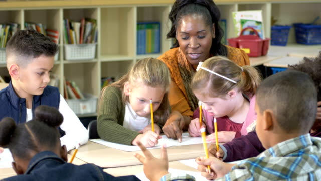 vídeos de stock, filmes e b-roll de sala de aula da escola primária, menina com síndrome de down - 8 9 anos