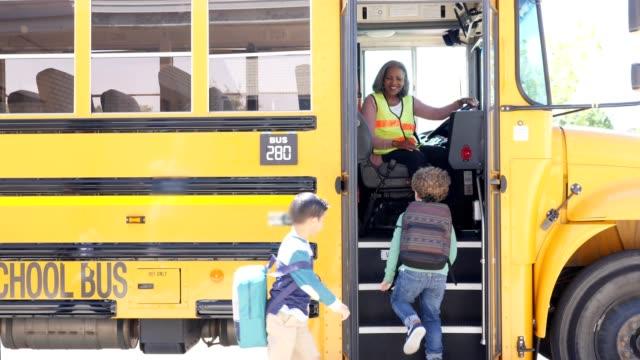小学生、放課後スクールバス - 職業 運転手点の映像素材/bロール