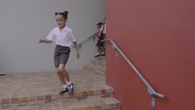 elementary school students leaving school building - 6 7 jahre stock-videos und b-roll-filmmaterial