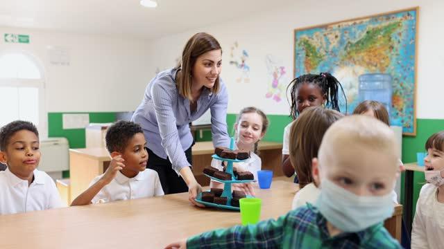 vídeos y material grabado en eventos de stock de niños de escuela primaria que tienen pastel de cumpleaños en una cafetería de la escuela - uniforme