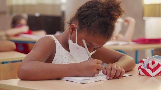 vidéos et rushes de écolière élémentaire sur la classe - enfant d'âge scolaire