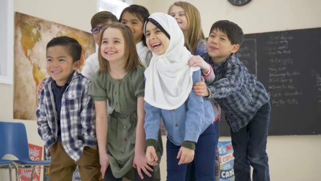 vidéos et rushes de les élèves élémentaires regroupés souriant - 8 9 ans