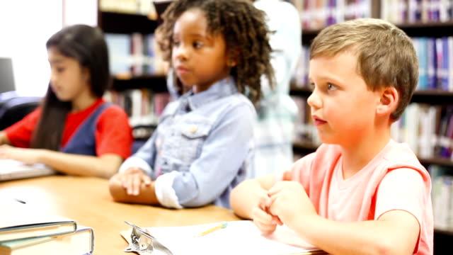 vídeos y material grabado en eventos de stock de niños en escuela primaria edad trabajando juntos y responder preguntas levantando las manos - niño pre escolar
