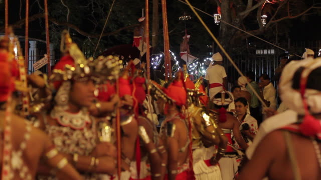 stockvideo's en b-roll-footage met ms elephants and dancers parade in buddhist festival or procession 'esala perahera' (festival of tooth) audio / kandy, central province, sri lanka - sri lankaanse cultuur
