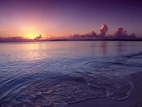 eleuthera: sunset over cupids cay - cay insel stock-videos und b-roll-filmmaterial