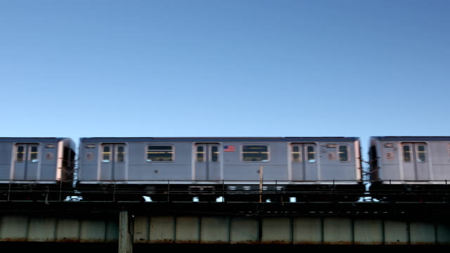 erhöhten 7 zug u-bahn in new york city in queens - bahngleis stock-videos und b-roll-filmmaterial