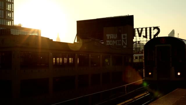 vídeos de stock e filmes b-roll de elevated city subway - sinal comercial