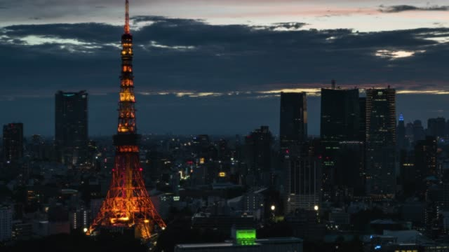 t/l ws ha elevated close-up view of downtown tokyo skyline at night featuring landmark tokyo tower - ズームイン点の映像素材/bロール