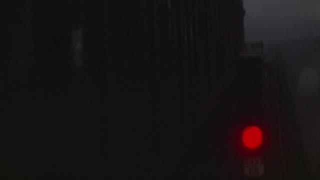 vídeos y material grabado en eventos de stock de 1953 ms elevated ny subway train passing stoplight at night / manhattan, new york - vía de tren