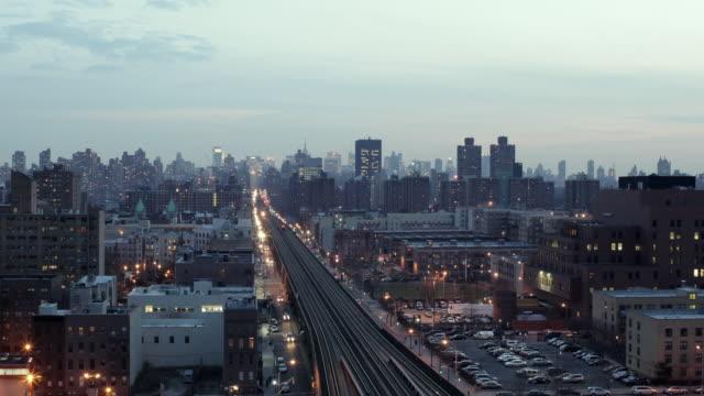 ws zo t/l elevated railway track and cityscape at harlem / manhattan, new york, usa - ハーレム点の映像素材/bロール