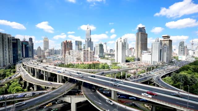 混雑したトラフィックと上海のミッドタウンにおける近代建築の高架道路