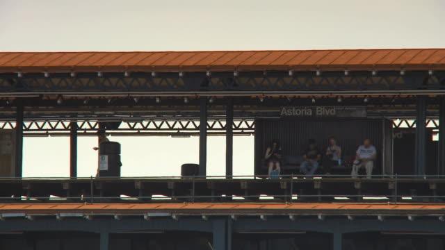 vídeos y material grabado en eventos de stock de ws elevated subway platform in astoria queens / new york city, usa - andén de estación de metro