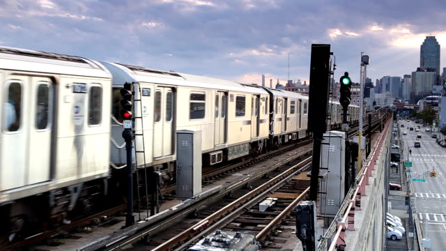 erhöhten u-bahn in new york city in queens - queens stock-videos und b-roll-filmmaterial
