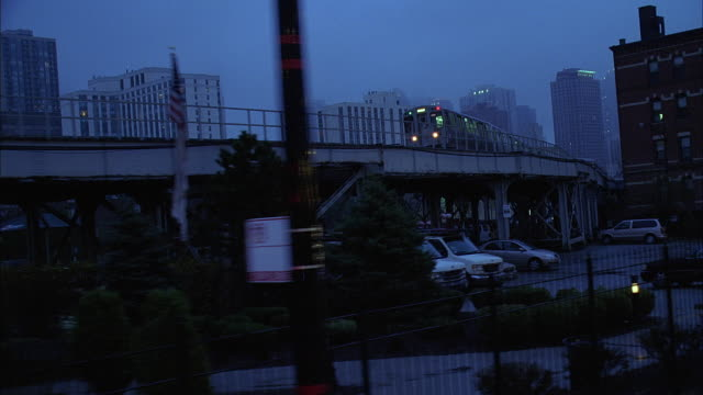 ws ts elevated train and street at dusk / chicago, illinois, usa - chicago elevated stock-videos und b-roll-filmmaterial