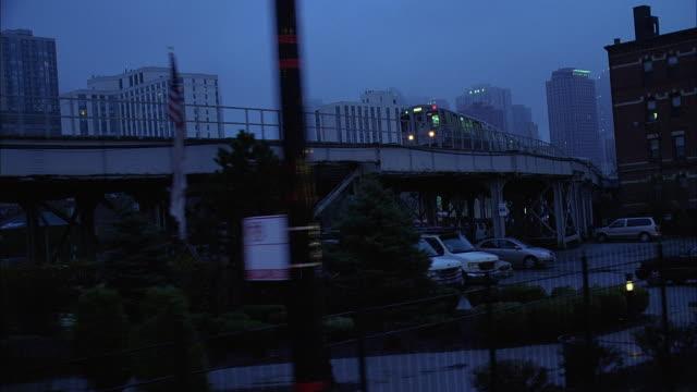 vidéos et rushes de ws ts elevated train and street at dusk / chicago, illinois, usa - métro de chicago