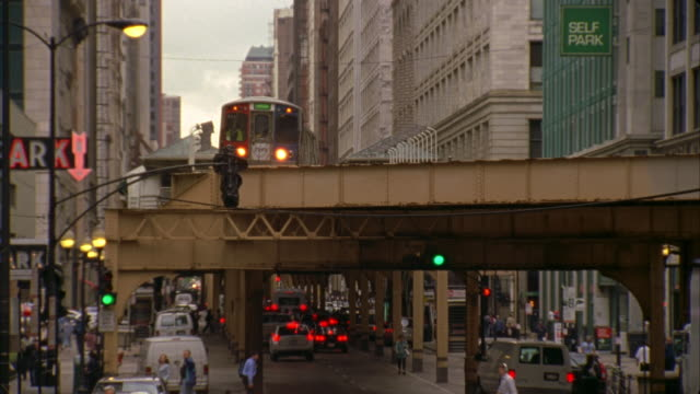 ms, elevated train and traffic on street, chicago, illinois, usa  - hochbahn passagierzug stock-videos und b-roll-filmmaterial