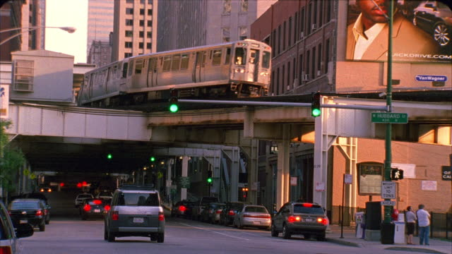 ms, elevated train and traffic on street, chicago, illinois, usa  - chicago elevated stock-videos und b-roll-filmmaterial