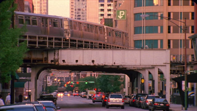vidéos et rushes de ms, elevated train and traffic on street, chicago, illinois, usa  - train aérien