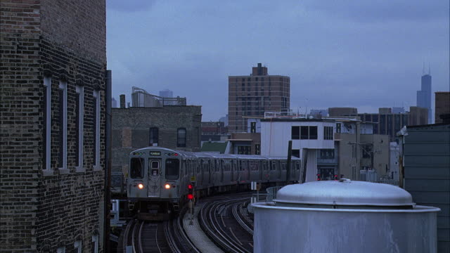 ws elevated train at dusk / chicago, illinois, usa - chicago elevated stock-videos und b-roll-filmmaterial