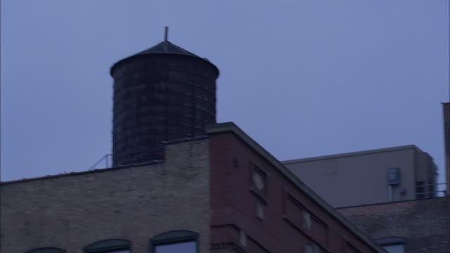 vidéos et rushes de ms pan elevated train at dusk / chicago, illinois, usa - métro de chicago