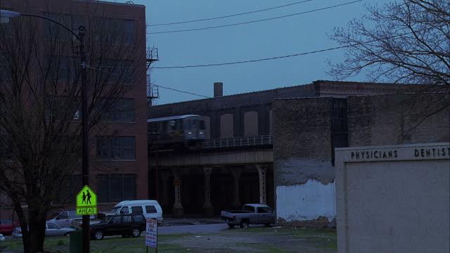 vidéos et rushes de ws ts elevated train at dusk / chicago, illinois, usa - métro de chicago