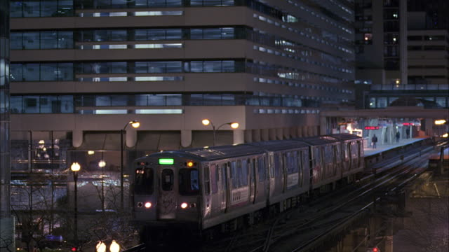 ws pan cu elevated train at dusk / chicago, illinois, usa - chicago elevated stock-videos und b-roll-filmmaterial