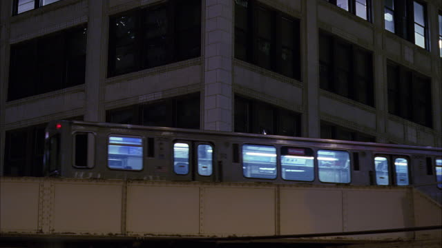 ms la elevated train at dusk / chicago, illinois, usa - chicago elevated stock-videos und b-roll-filmmaterial