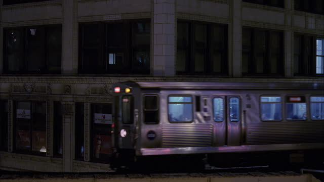 ms elevated train at dusk / chicago, illinois, usa - chicago elevated stock-videos und b-roll-filmmaterial