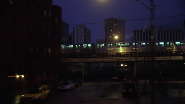 side pov elevated train at dusk / chicago, illinois, usa - chicago elevated stock-videos und b-roll-filmmaterial