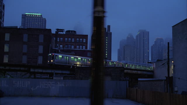 ws ts elevated train at dusk / chicago, illinois, usa - chicago elevated stock-videos und b-roll-filmmaterial