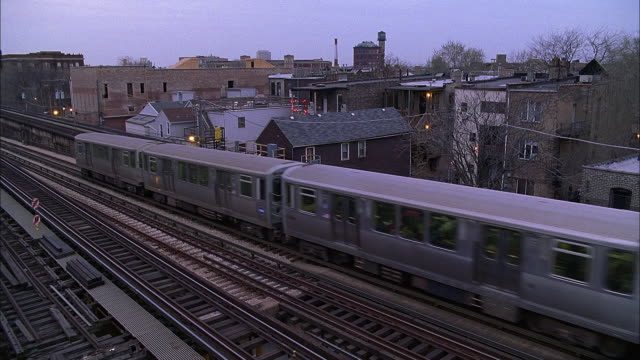 ws ha elevated train at dusk / chicago, illinois, usa - hochbahn passagierzug stock-videos und b-roll-filmmaterial