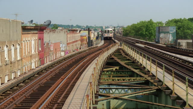 ms td elevated train coming  - elevated train stock videos & royalty-free footage