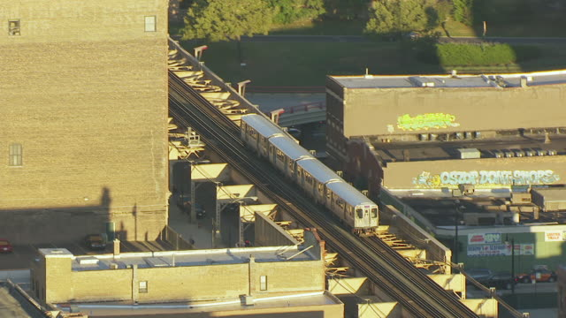 vídeos y material grabado en eventos de stock de ws aerial pov zo elevated train moving on railway bridge near downtown area / chicago, cook county, illinois, united states - metro de chicago