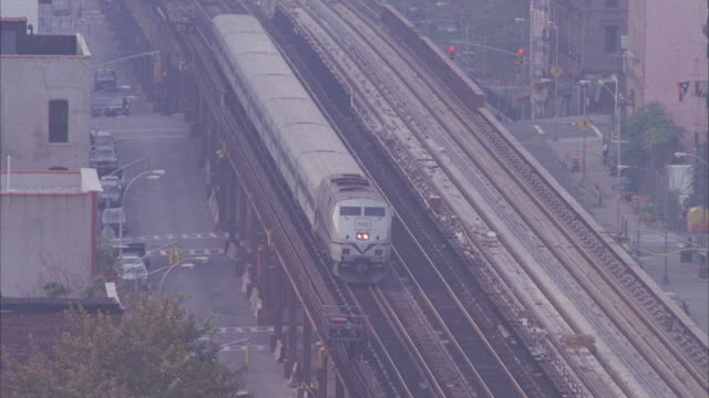 cs, elevated train, new york city, new york, usa  - elevated train stock videos & royalty-free footage