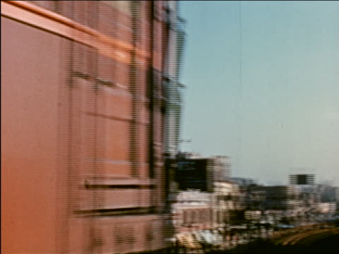 vidéos et rushes de 1941 pan elevated train passing camera / billboard in background / chicago / industrial - prelinger archive