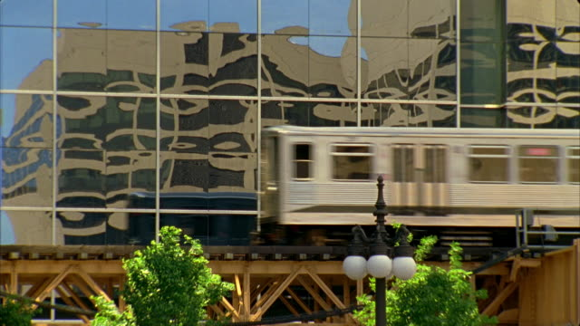 t/l, cu, elevated train passing modern office building, chicago, illinois, usa  - chicago 'l' stock videos & royalty-free footage