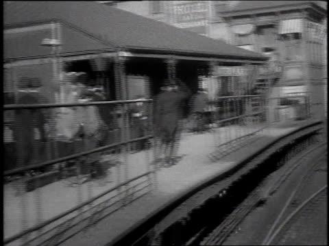 1915 ws elevated train passing station / new york city, new york united states - 1915年点の映像素材/bロール