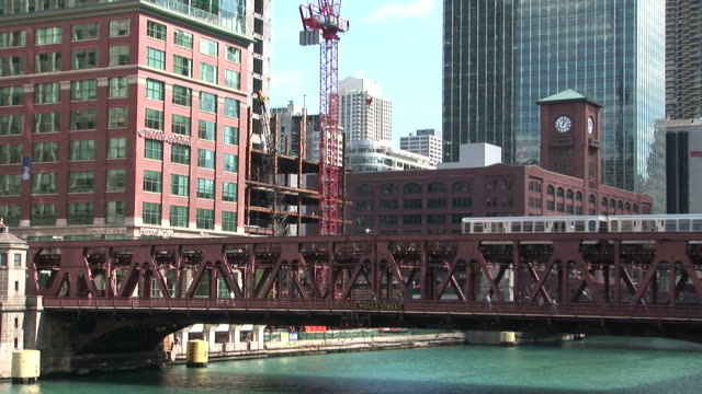elevated train passing through lake street bridge in chicago united states - turmuhr stock-videos und b-roll-filmmaterial