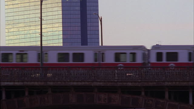 ms elevated train traveling over a bridge / massachusetts, united states - 通過する点の映像素材/bロール