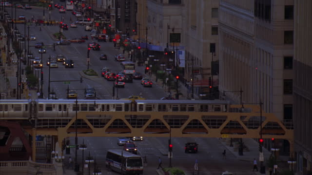 ms, ha, elevated train travelling over busy street, chicago, illinois, usa - chicago elevated stock-videos und b-roll-filmmaterial