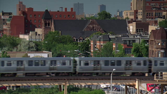 ms, elevated train travelling through suburban area, chicago, illinois, usa - hochbahn passagierzug stock-videos und b-roll-filmmaterial