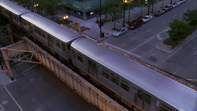 ms ha elevated train with traffic on street below / chicago, illinois, usa - underpass stock videos & royalty-free footage
