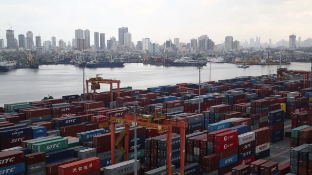 vidéos et rushes de elevated view a gantry crane moves a container at manila international container terminal mict at the port of manila in manila the philippines on... - plateforme
