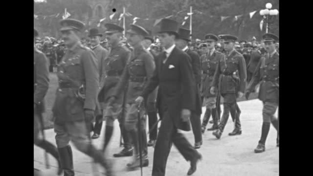 elevated view of a crowd at the canadian parliament complex / vs edward prince of wales walks with military officers and dignitaries in top hats /... - principe persona nobile video stock e b–roll