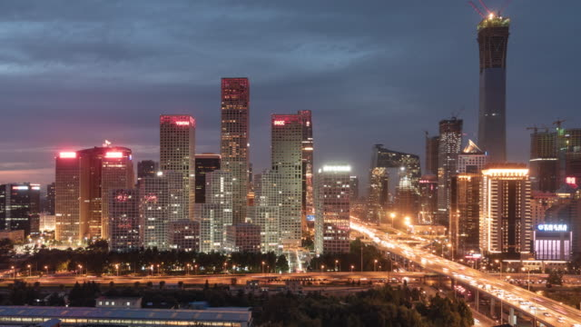 vídeos de stock e filmes b-roll de t/l tu elevated view of beijing skyline at night - pequim