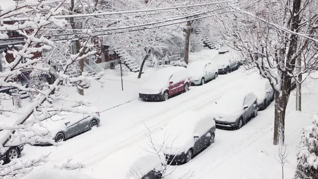 elevated view of montreal rosemont area residential street during a snow storm - blizzard stock videos & royalty-free footage