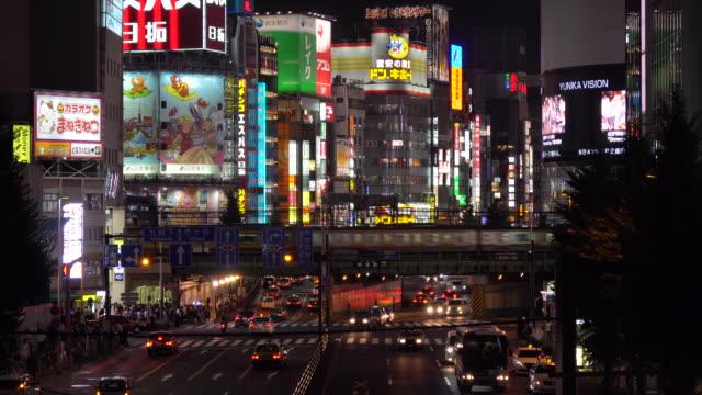vídeos de stock e filmes b-roll de elevated view of shinjuku traffic at night / tokyo, japan - bairro de shinjuku
