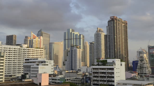 ws t/l elevated view of silom district, high rise buildings at financial district / bangkok, thailand - zeitraffer tag bis dämmerung stock-videos und b-roll-filmmaterial